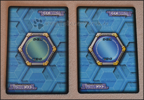 Man sieht an der Rückseite, dass sie sich unterscheiden (links Alpha Card Game, rechts NEO)