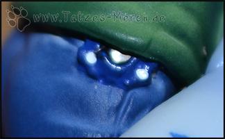 Ein kleines blaues Digivice an Yamatos Gürtel
