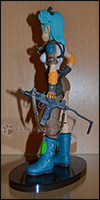 Bulma mit ihrer Waffe von der Seite