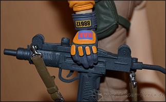 Handschuh und Waffe in der Detailaufnahme