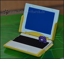 Koshiros Laptop mit dem kleinen lila Digivice =)