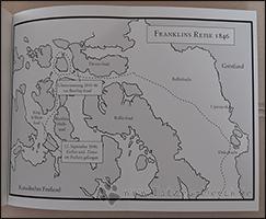 In der hinteren Umschlagklappe wird die Reiseroute der Franklin-Expedition dargestellt.