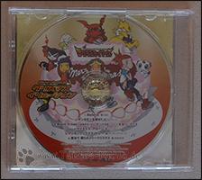 Im Case befindet sich keine Trackliste, dafür sieht man die Oberseite der CD =)